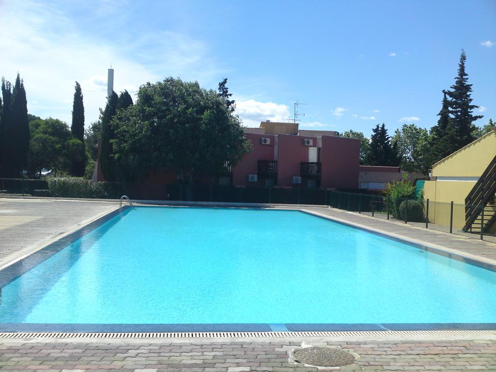 Simple economique hotel cap d 39 agde hotel tennis for Piscine agde tarif